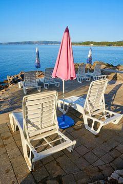 Parasols et chaises longues sur la plage de Krk en croate