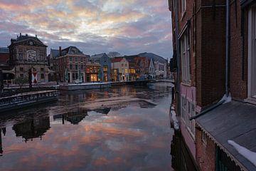 Avondlicht in het hart van de grachten van Leiden van BJ Fleers