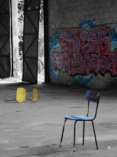 Verlaten stoelen van Petra Simons