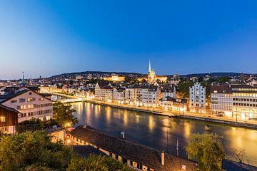 De oude stad van Zürich in de avond van Werner Dieterich