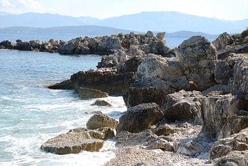 De rotsachtige kust van het Griekse eiland Corfu. sur Ingrid Van Maurik