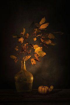 Ephemere Schönheit. Stillleben mit Herbstzweig und Kürbis . von Saskia Dingemans