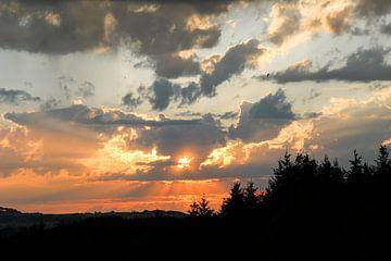Sonnenuntergang über dem Auerberg van Andreas Stach