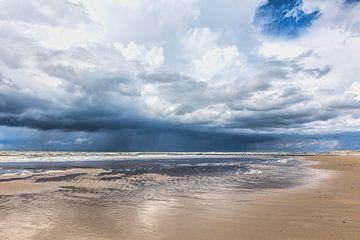 Zeegezicht met neerslag boven de Noordzee van