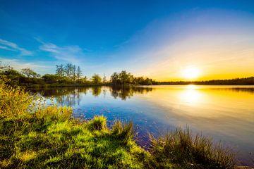 Sonnenuntergang an einem naturbelassenem See von Günter Albers