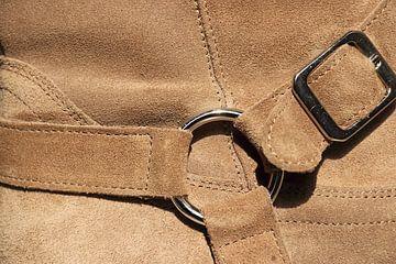 Détail d'une chaussure en daim brun clair sur Bobsphotography