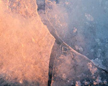 Abstracte ijsstructuren bij zonsopkomst van Vincent Fennis