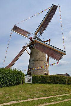 Korenmolen Oostvoorne met vlaggetjes van Rob Pols