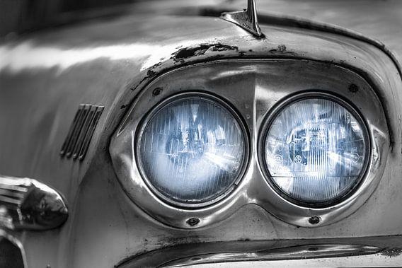 Klassieke witte Chevrolet Bel Air met blauwe koplampen close-up
