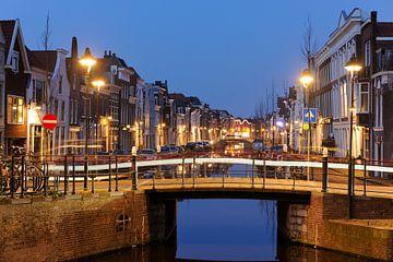 Turfmarkt in Gouda in de avond met lichtspoor auto von Merijn van der Vliet