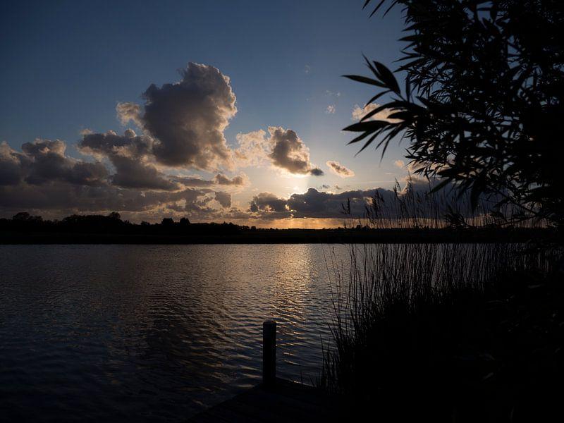 Zonsondergang aan een waterweg in Nederland met dramatische wolken van Sofie Duchateau