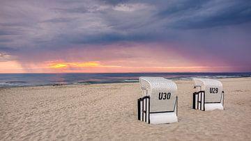 Strandkörbe bei Sonnenaufgang und Regen von Adelheid Smitt