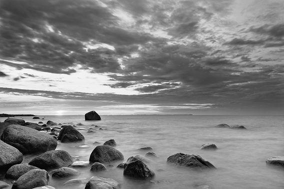Zonsondergang op het stenen strand