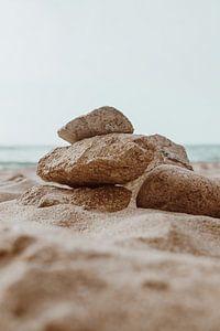 Stenen op het strand - reisfotografie Portugal van Anne Verhees