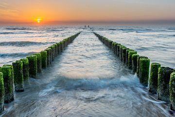 Paalhoofden bij zonsondergang strand Domburg van Marco Schep