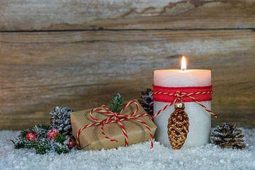 Brandende kaars met houten achtergrond van de Kerstmisgift van Alex Winter