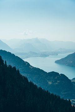 Blauer See in der Schweiz von Patrycja Polechonska