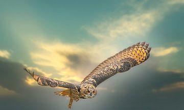Ein eurasischer Uhu. Fliegt mit ausgebreiteten Flügeln gegen einen dramatischen Himmel. von Gea Veenstra