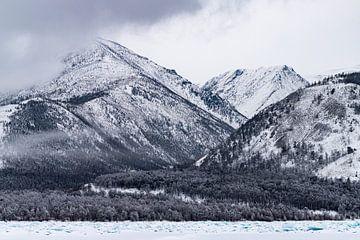 Blauwe ijsblokken aan de oever van het Baikalmeer van Michèle Huge