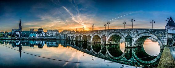 Sint-Servaasbrug maastricht tijdens zonsopkomst van Geert Bollen