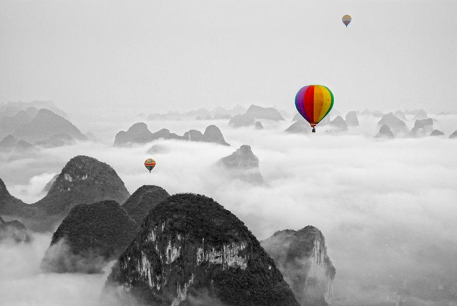Hot air balloon over Yangshuo China (Zwart Wit)