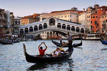 Zonsondergang Rialto brug in Venetië  van Jeroen van Rooijen