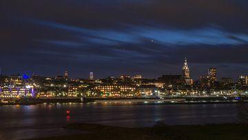 Skyline Nijmegen avondfotografie van