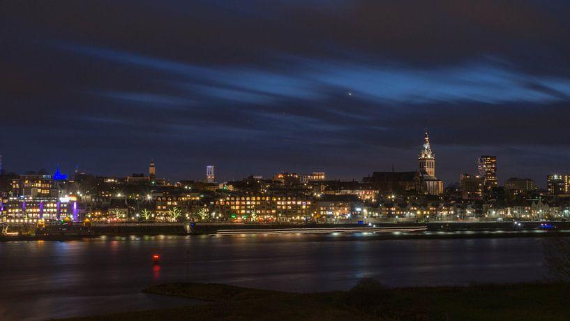 Skyline Nijmegen avondfotografie van Cindy Arts