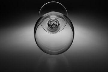 Schwarz-Weiß-Bild eines Weinglases mit einer weichen Hintergrundbeleuchtung von Kim Willems