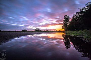 Holten, Zonsondergang. reflectie bij landweg. van Frank Slaghuis