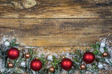 Kerstballen achtergrond met groene sparrentakken en sneeuw rand slinger van Alex Winter