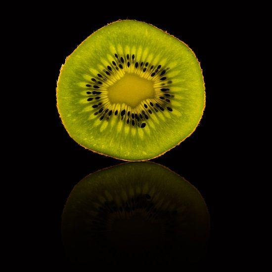 Schijfje kiwi met een reflectie