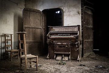 Orgel in verlaten kerk van