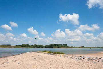 Landschap met rivier de Waal van Ivonne Wierink
