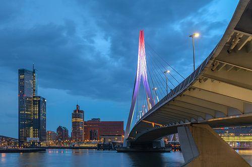 De Erasmusbrug in Rotterdam van onderaf in Rood Wit Blauw