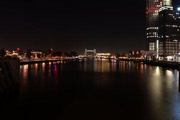 Rotterdam skyline bij nacht vanaf de Erasmusbrug. van Brian Morgan