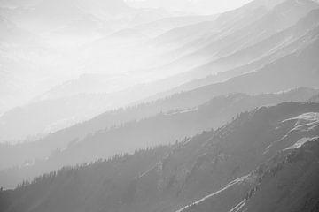 Mistige berglagen in Zwitserland. Zwart wit foto fine art. van Hidde Hageman