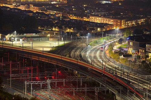 Zicht op treinsporen in Utrecht-Noordwest ter hoogte van Pijlsweerd en Ondiep von Donker Utrecht