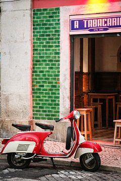 Een rode Vespa voor een Portugees cafe van Petra Brouwer