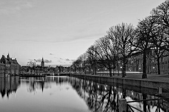 Regeringsgebouwen aan de Hofvijver, Den Haag in zwart-wit