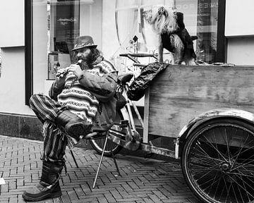 Man op straat speelt blokfluit. von Benny van de Werfhorst