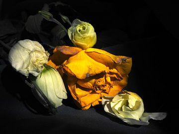 Stillleben mit gelben Rosen und weißen Blumen von Moniek Op den Camp