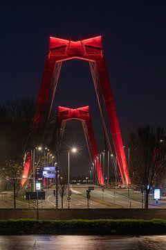 De Willemsbrug in Rotterdam in de nacht (verticaal) van MS Fotografie | Marc van der Stelt