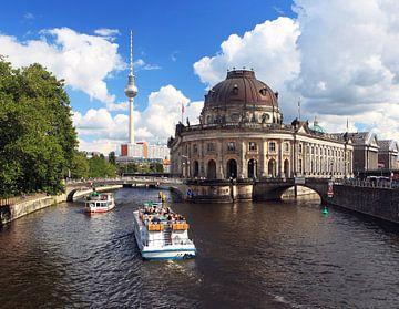 Bodemuseum Berlijn met skyline en toeristenboten van Frank Herrmann