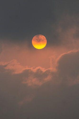 Zon achter wolk | Indiase zonsondergang | Roode licht