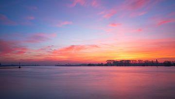 Prachtige kleuren tijdens de zonsopkomst langs de rivier de Waal in Tiel van Erik Graumans