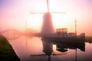 Neblige Windmühle