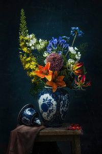 Stilleven met delfts blauwe vaas van Joey Hohage