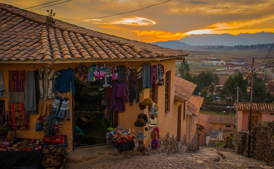 Winkeltje in een dorp in de Heilige Vallei, Peru van Rietje Bulthuis