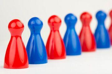 Conceptuele gekleurde speelpionnen  van Tonko Oosterink